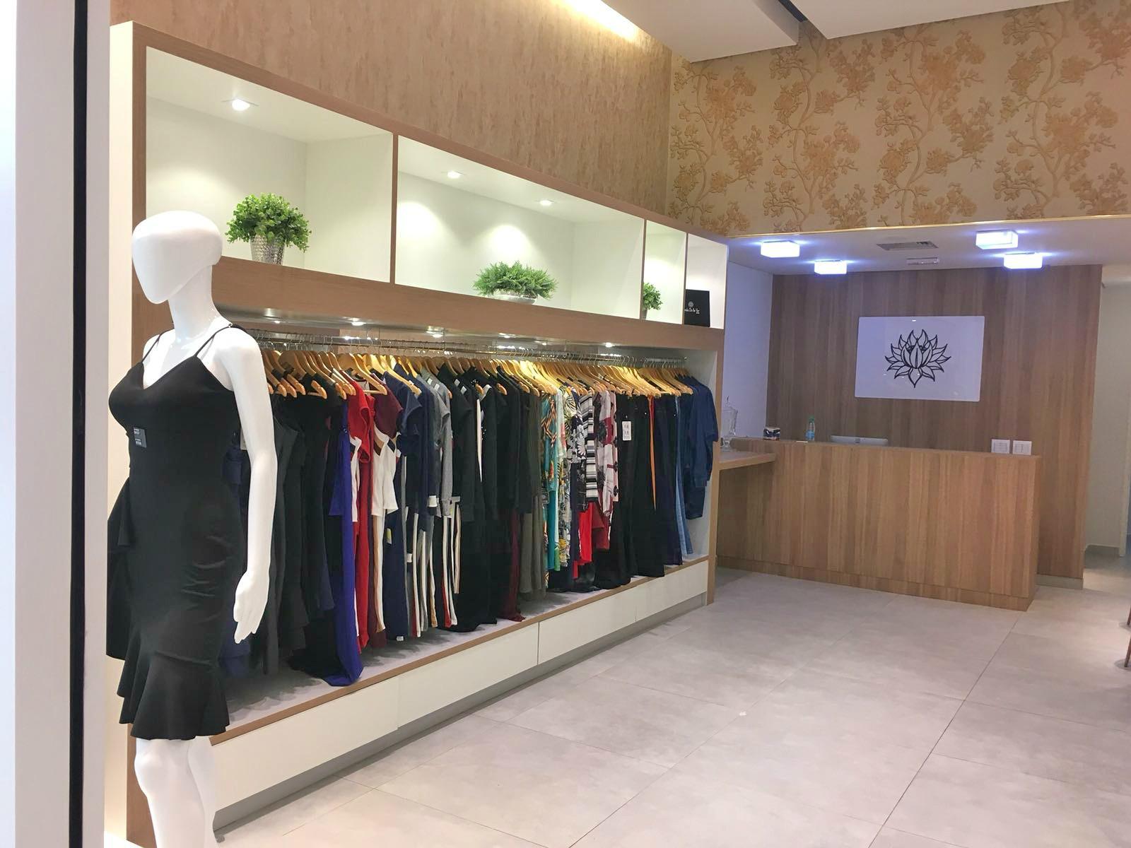 bc64bd359 A empresa investe e acompanha as tendências da moda feminina contemporânea,  prezando pela qualidade e oferecendo peças com variados tipos de cores, ...